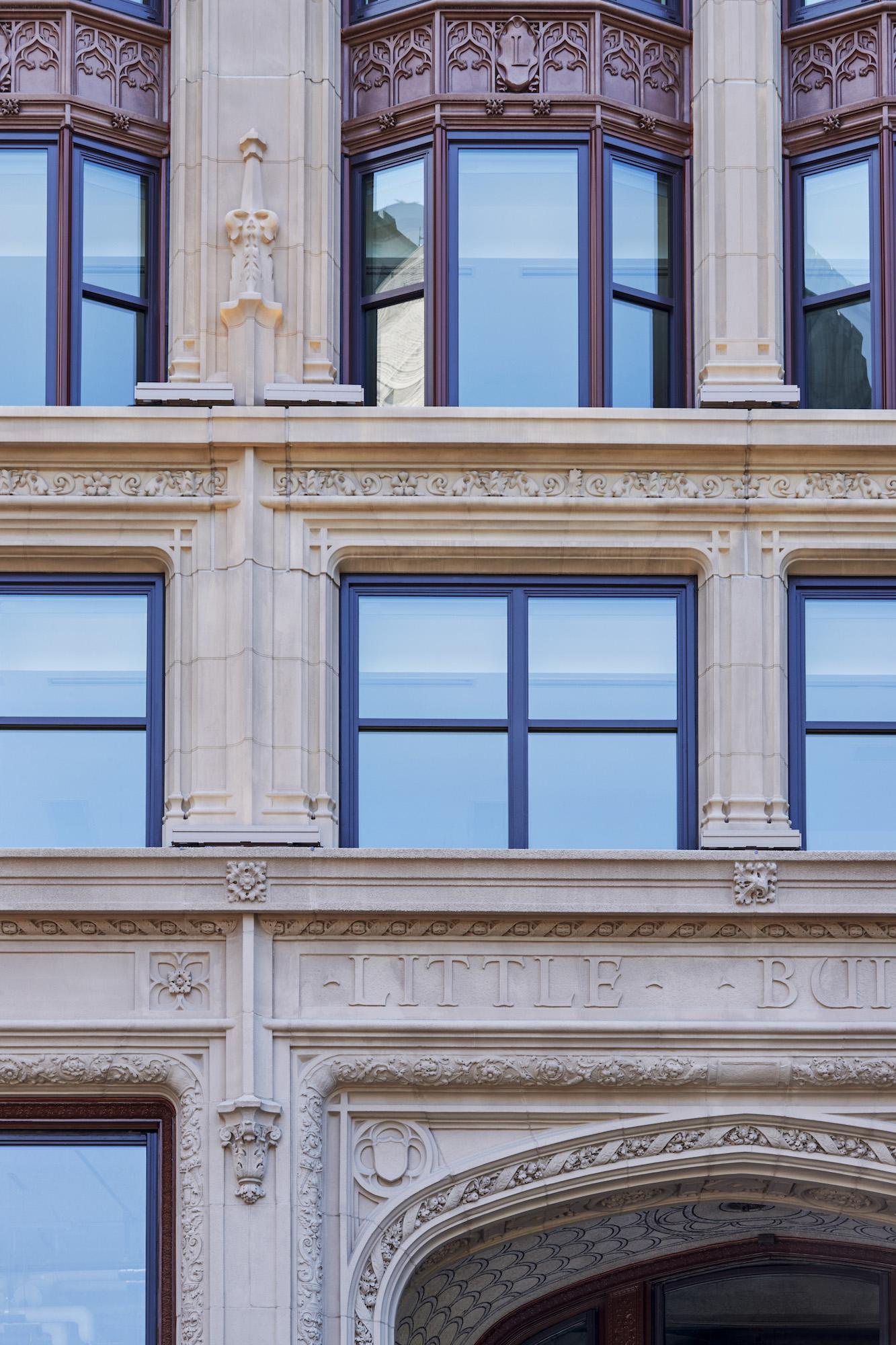 11_EmersonCollegeLittleBuilding_Detail-WindowAboveEntry_ElkusManfrediArchitects_©RobertBenson